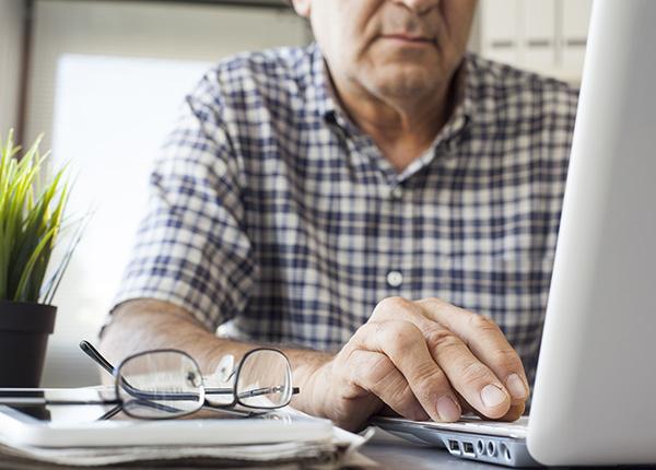 Man werkt op laptop